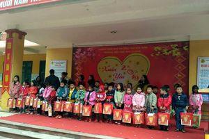 Ấm áp chương trình 'Xuân yêu thương' của cán bộ giáo viên và học sinh trường tiểu học Phú Cường – Sóc Sơn