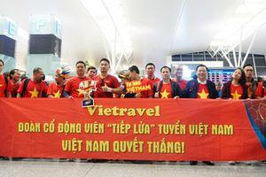 Fans nhuộm đỏ sân bay Tân Sơn Nhất lên đường tiếp lửa cho đội tuyển Việt Nam