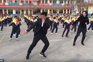 Thầy hiệu trưởng nổi như cồn nhờ màn nhảy đẹp mắt cùng học sinh