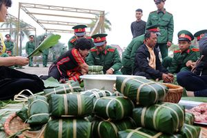 Gần 1.400 chiếc bánh chưng xanh cùng người nghèo ăn Tết