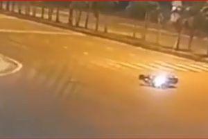Clip: Chạy nhanh vấp phải gờ giảm tốc, xe máy ngã lăn ra đường