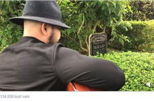 Người đàn ông ôm đàn hát trước mộ cố nhạc sĩ, ca sĩ Trần Lập gây 'bão'