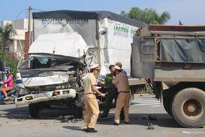 Quảng Nam: Tài xế xe chở hàng mắc kẹt trong ca bin khi tông vào đuôi xe tải