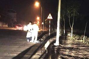 Xe máy 'kẹp 3' lao vào mép đường, 1 người chết, 2 người bị thương