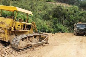 Làm rõ hành vi lợi dụng làm đường khai thác đất trái phép
