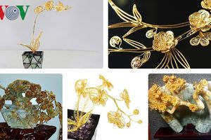 Chùm ảnh: Hoa mai, đào, lan mạ vàng 24k và đá quý hút khách dịp Tết