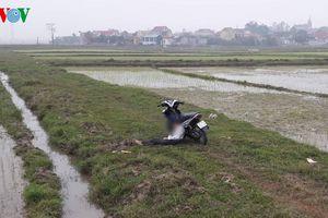 Công an điều tra vụ nam thanh niên chết gục bên xe máy giữa đồng