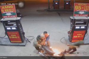 Nam thanh niên dùng bật lửa soi bình xăng có thể bị phạt 300.000 đồng
