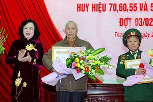 Trao Huy hiệu Đảng cho đảng viên lão thành tại huyện Thạch Thất