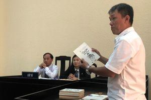 Họa sĩ Lê Linh rơi nước mắt tại phiên xử tranh chấp tác quyền Thần đồng đất Việt