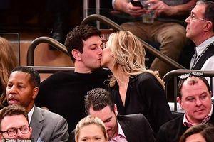 Karlie Kloss hôn chồng mới cưới khi đi xem bóng rổ