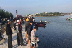 Nghi vấn chồng lái ôtô chở cả nhà lao xuống sông Thu Bồn, 3 người mất tích