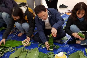 Thầy trò Trường Đại học Y Hà Nội tặng 1.000 suất quà cho bệnh nhân
