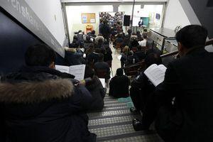Choáng váng cảnh phụ huynh Hàn Quốc ngồi la liệt ở cầu thang để nghe bí kíp thi đỗ đại học cho con
