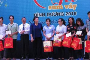 Chủ tịch Quốc hội Nguyễn Thị Kim Ngân thăm và tặng quà cho công nhân lao động tỉnh Bình Dương