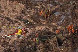 Huy động trực thăng tìm kiếm nạn nhân bị chôn vùi do vỡ đập ở Brazil