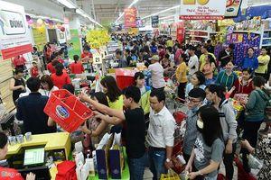 Chen chân 'nghẹt thở' mua sắm ở siêu thị ngày sát Tết