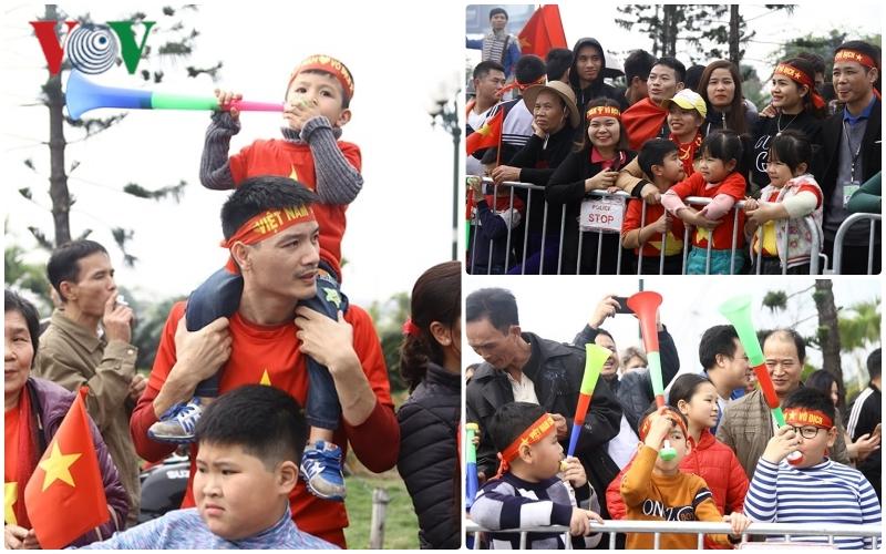 'Mở hội' ở Nội Bài, hàng nghìn CĐV đón ĐT Việt Nam trở về