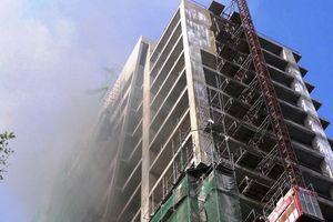 Cháy nhà 18 tầng đang thi công, hàng chục người tháo chạy