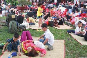 Người dân trải chiếu nằm tràn ga Sài Gòn chờ tàu về quê ăn Tết