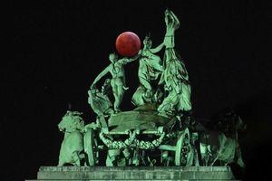 Ảnh ấn tượng trong tuần: Mặt trăng máu xuất hiện đẹp ngỡ ngàng