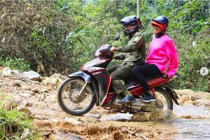 Dân mạng quốc tế hết lời khen ngợi hình ảnh H'Hen Niê giản dị đi xe máy đón Tết ở Sơn La