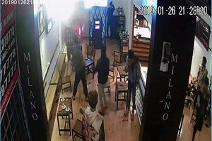 Hỗn chiến tại quán cà phê, một người bị chém gần đứt lìa cánh tay phải