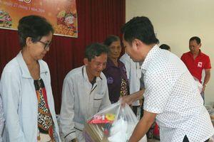 Hội Can Tho Motobike trao 100 phần quà cho dân nghèo quận Cái Răng