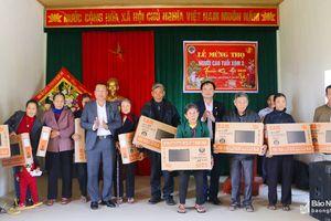 Ban Tổ chức Tỉnh ủy trao quà chúc Tết người nghèo tại Nghi Lộc và Quỳ châu