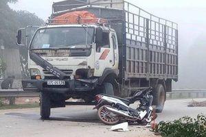 Xe máy 'đấu đầu' ô tô tải, nam thanh niên chết thảm