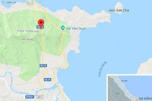 Vượt trước cửa hầm Hải Vân, xe khách lật ngang