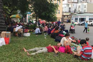 Hàng nghìn hành khách vật vờ tại ga Sài Gòn sau sự cố tàu trật bánh ở Bình Thuận