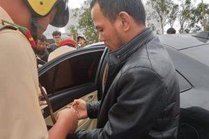 Đắk Lắk: Bắt đối tượng vứt ma túy xuống đường