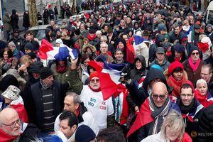 Pháp: Hơn 10.000 người 'Khăn đỏ' tuần hành đáp trả biểu tình 'Áo vàng'