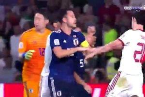 Tiền đạo Iran suýt no đòn vì chơi xấu cầu thủ Nhật Bản