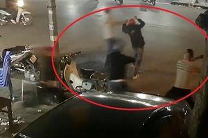 Nhóm côn đồ dùng dao kiếm đuổi chém người loạn xạ ở quán ăn đêm