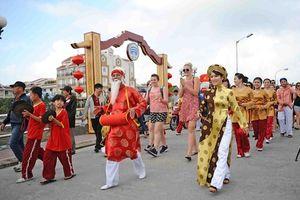 Hoa hậu Tiểu Vy về Hội An rước Sắc bùa, đón giao thừa cùng gia đình