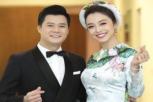 Jennifer Phạm tình tứ, ôm eo chồng cũ Quang Dũng, thả tim trong hậu trường