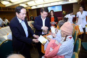 Trao tặng 100 suất quà Tết dành cho bệnh nhân ung thư nghèo