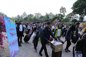 Hơn 1.300 sinh viên 'Cùng PVOIL về quê đón Tết'