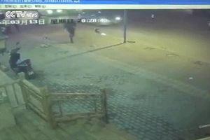 Đang chạy trên phố, người đàn ông bị đá ngã từ đằng sau, song biết lý do ai cũng tán thành