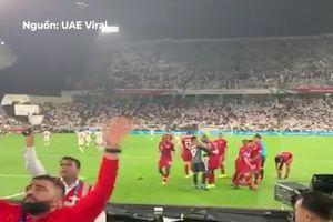Cổ động viên UAE ném vỏ chai vào đội Qatar sau khi đội nhà thủng lưới
