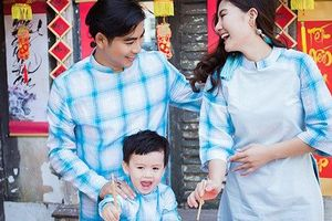 Con trai nhà Ngọc Lan – Thanh Bình tinh nghịch chụp ảnh Tết cùng bố mẹ