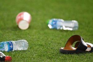 CĐV UAE tức giận ném giày dép, chai nước xuống sân khi Qatar ghi bàn
