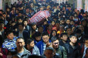 Hàng triệu người Trung Quốc vạ vật chờ tàu về quê ăn Tết