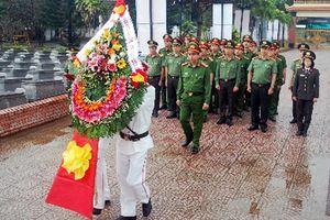 Lãnh đạo CATP Đà Nẵng dâng hương, đặt vòng hoa tại Nghĩa trang liệt sĩ Hòa Hiệp