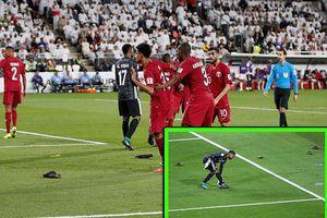 Đội nhà bị thủng lưới, CĐV UAE tức giận ném giày xuống sân