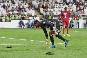 Cổ động viên UAE ném dây chuyền vàng vào cầu thủ Qatar