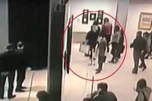 Trộm thản nhiên lấy tranh trị giá trăm nghìn USD trong triển lãm