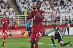 CĐV UAE 'sôi tiết' ném giày dép khi Qatar ghi bàn